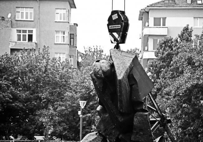 Демонтаж памятника «1300 лет Болгарии», София © Stanislav Belovski