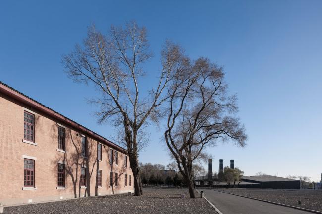 Выставочный зал доказательств преступлений японских захватчиков (Отряда 731). Вид от руин корпусов Отряда 731. Фото © Yao Li