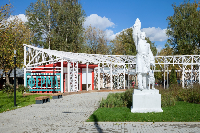 """""""Hunter"""" sculpture next to the enrance pavilion at the Urban farm at VDNKH, 2nd stage. Wowhouse. Photograph © Mitya Chebanenko"""
