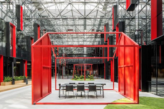 Интерьеры общественных зон бизнес-центра Neo Geo. Атриум © Т+Т Architects