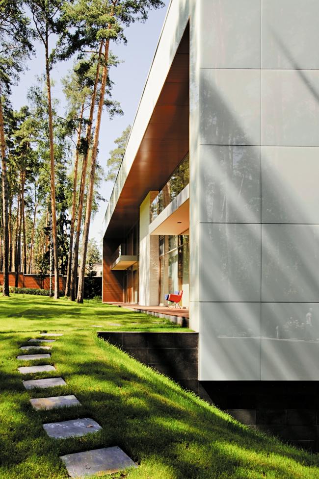 Частный жилой дом в поселке «Сады Майндорфа» © Mossinepartners