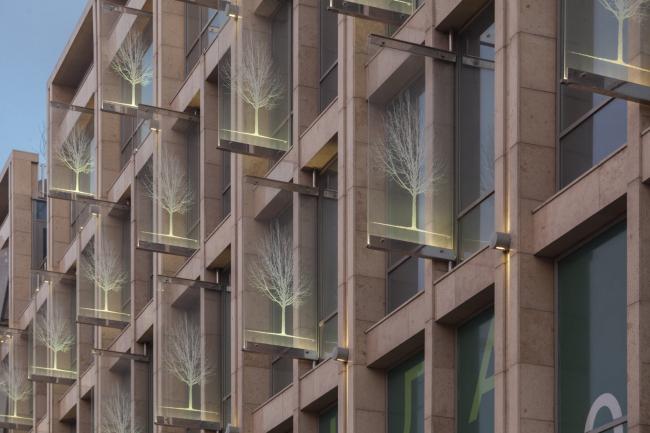 Московский театральный центр «Вишневый Сад». Закаленные стекла Триплекс с графическим изображением вишневых деревьев. Фотография © Д.С. Чебаненко