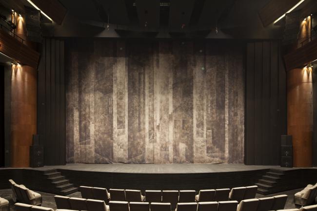 Московский театральный центр «Вишневый Сад». Интерьер большого зала. Занавес. Фотография © Д.С. Чебаненко