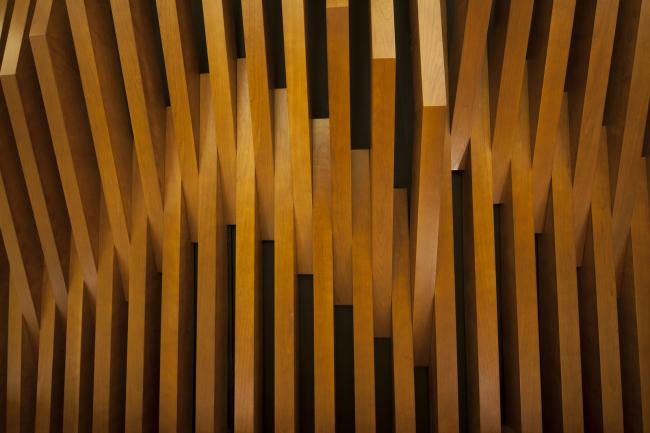 Московский театральный центр «Вишневый Сад». Деталь деревянных панелей на стенах зрительного зала со стороны фойе. Фотография © Д.С. Чебаненко