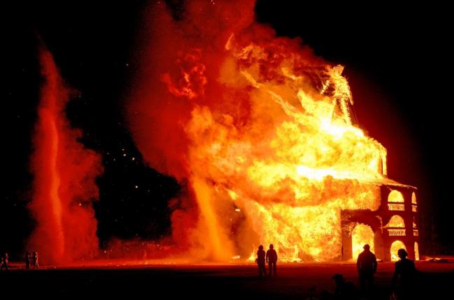 Сожжение деревянной фигуры человека на одном из фестивалей Burning Man © Philippe Glade