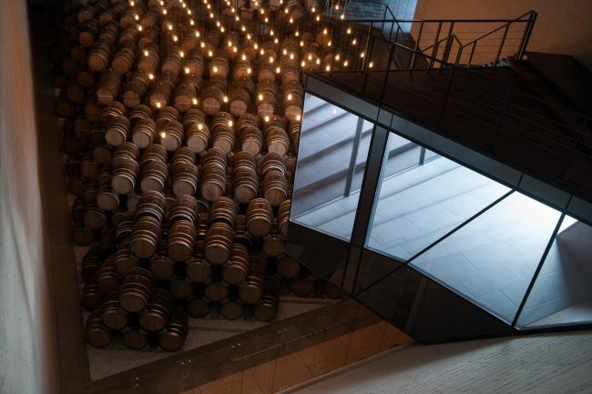 Консоль, которая «вторгается» снаружи в пространство хранилища; зал №3. Музей-хранилище коньячного завода «Альянс 1892». Фотография © Глеб Леонов