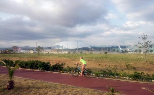 Приморский бульвар оборудован велодорожкой. Отдыхающие используют и другие экологичные средства передвижения. Фотография: Мария Трошина