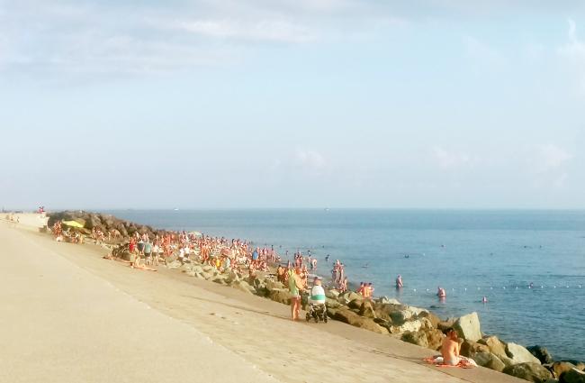 До строительства порта ширина пляжей в Имеретинке была около 50 метров. Сейчас отдыхающие загорают на  оградительном сооружении откосного типа, усиленном каменно-набросной бермой. Фотография: Мария Трошина