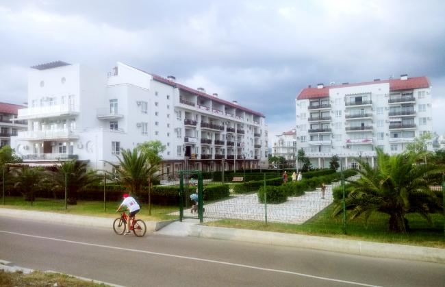 Квартал «Приморский», как и все кварталы курорта, отгорожен от бульвара. Камеры видеонаблюдения обеспечивают безопасность проживающих здесь. Фотография: Мария Трошина
