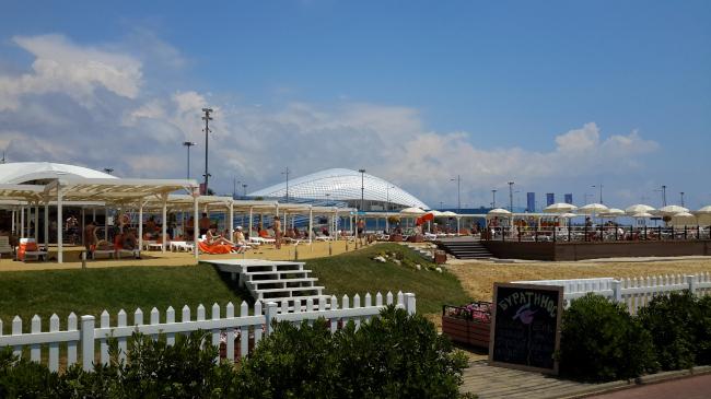 Пляжный клуб «Имеретинский» – место отдыха с лежаками и бассейнами находится прямо через пешеходную дорогу от моря. Фотография: Мария Трошина