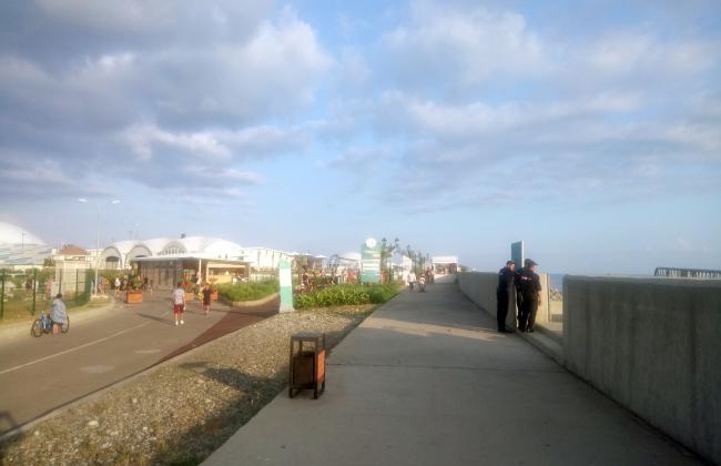 Защитная стена высотой в 1,20 м отделяет пешеходов от моря. Была установлена после шторма, затопившего набережную. Фотография: Мария Трошина