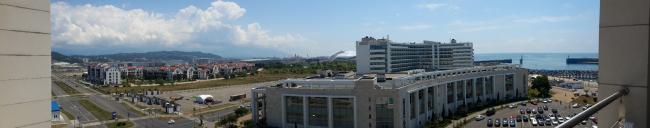 Панорама курорта из окна отеля «Имеретинский». Территория между двумя отелями занята парковкой. Фотография: Мария Трошина