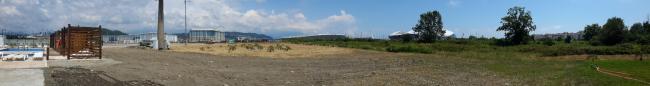 Незастроенные территории – пустыри постепенно осваиваются. Этим летом был запущен открытый бассейн в центре курорта, примыкающий к пустырю