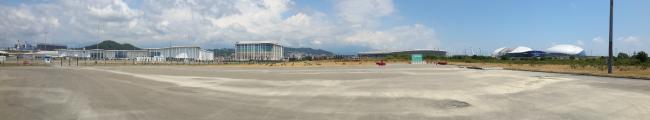 Сейчас конкурсная территория представляет собой бетонные поля с видом на олимпийские постройки. Фотография: Мария Трошина