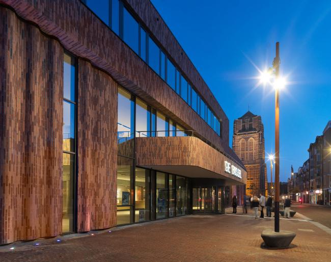 Культурный центр De Bussel. Оттенок клинкера Hagemeister гармонично сочетается с цветом базилики. Фото © Michel Kievits. Предоставлено компанией Hagemeister