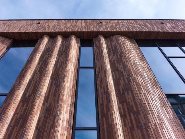 Культурный центр De Bussel. Длинный и узкий кирпич Hagemeister сортировки «Гент» позволил создать волнообразный фасад. Фото © Michel Kievits. Предоставлено компанией Hagemeister