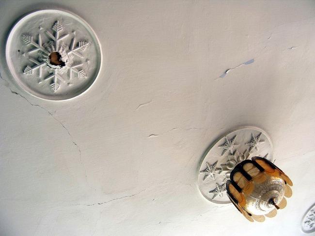 Снежинки на потолке в вестибюле второго этажа. Иван Леонидов