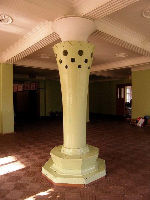 Колонна со скамейкой в вестибюле второго этажа. Иван Леонидов