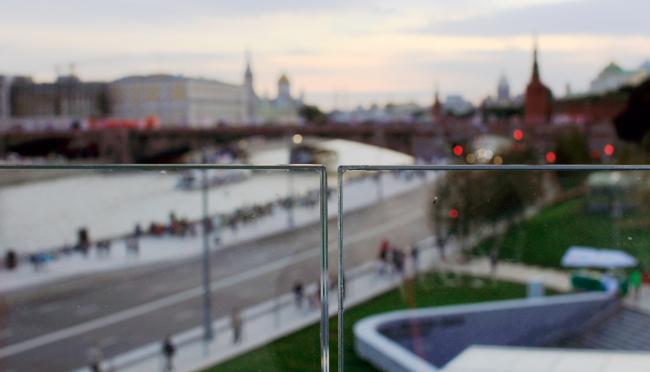 Вид на Москву-реку через безимпостное стекло моста. Парк Зарядье. Фотография © Юлия Тарабарина, Архи.ру, 09.2017