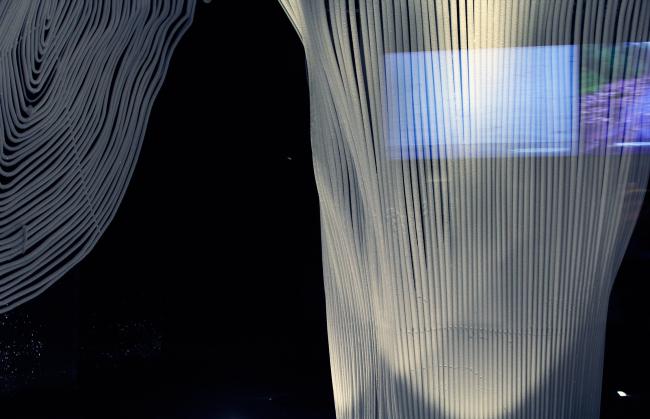 Лед в пещере еще только нарастает на трубках. Авторы инсталляции Александр Пономарев и Алексей Козырь. Парк Зарядье. Фотография © Юлия Тарабарина, Архи.ру, 09.2017
