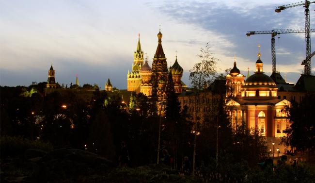 Вид на Кремль с горки «тундры». Парк Зарядье. Фотография © Юлия Тарабарина, Архи.ру, 09.2017