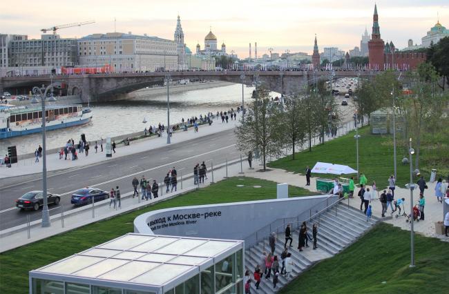 Вид с моста на вход в подземный переход и музей археологии. Парк Зарядье. Фотография © Юлия Тарабарина, Архи.ру, 09.2017