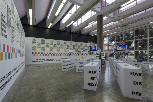 Вид выставки Something other than a narrative: Architects′ voices & visions в Мехико. Фото: Luis Gordoa. Предоставлено Владимиром Белоголовским