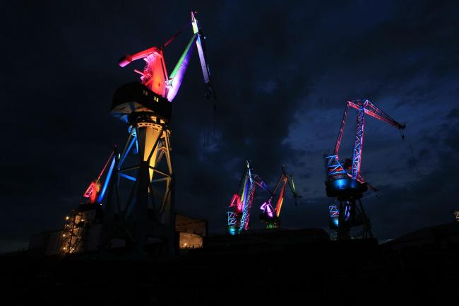 Краны на верфи в Пуле. Проект «Светящиеся гиганты» © Goran Šebelić