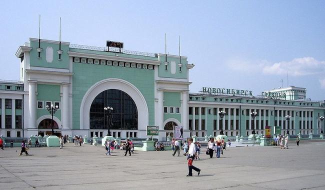 Железнодорожный вокзал в Новосибирске. Фото: Dmitri Lebedev via Wikimedia Commons. Лицензия GNU Free Documentation License
