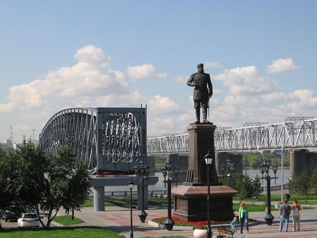Памятник мосту в Новосибирске. Фото: Den004 via Wikimedia Commons. Лицензия  CC BY-SA 3.0