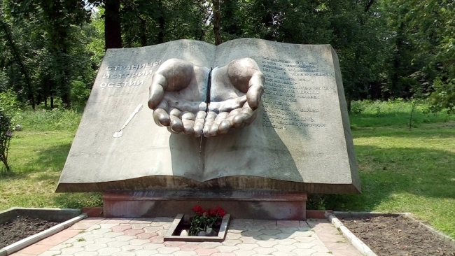 Мемориал Славы.  Памятник, погибшим в бесланской школе № 1 в 2004 году. Фото: Anfisik via Wikimedia Commons. Лицензия CC BY-SA 4.0