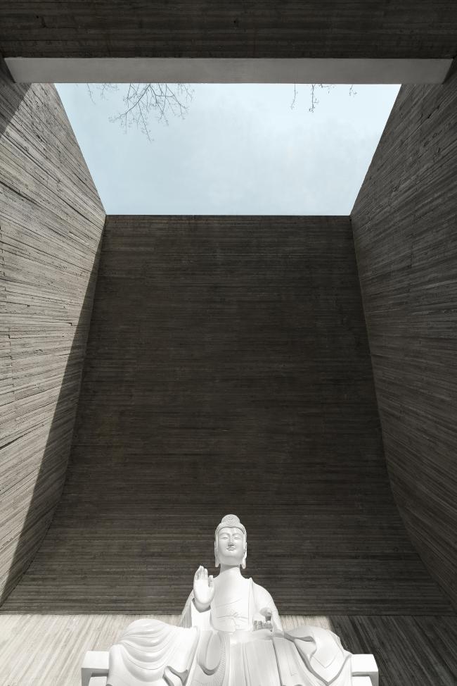 Прибрежный буддийский храм. Комната для медитации. Фотографы: Wang Ning, Jin Weiqi © Archstudio