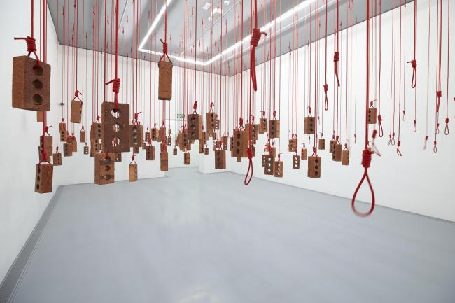 Зал с инсталляцией Кендалла Гирса «Висящее произведение» © Antonia Steyn