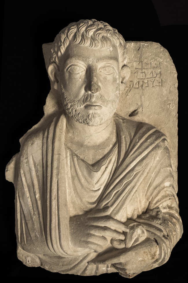 Погребальный рельеф с портретом Маллику. 2-я половина II – начало III века н.э. Музей Святой земли в Иерусалиме. Фото © Gianluca Baronchelli