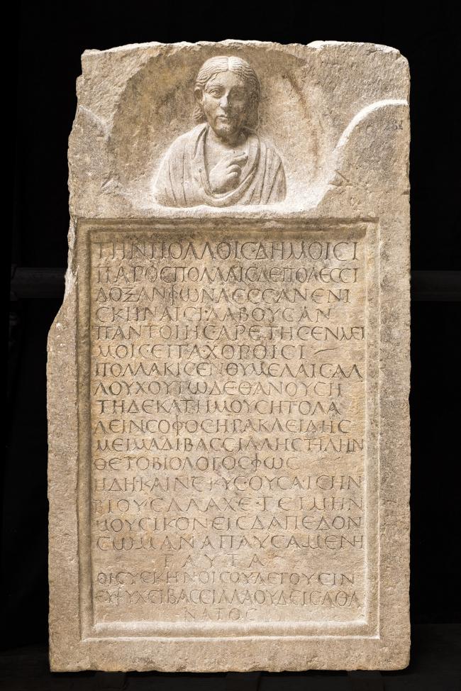 Погребальная стела мима Бассилау. Первая половина III в. н.э. Национальный археологический музей Аквилеи. Фото © Gianluca Baronchelli