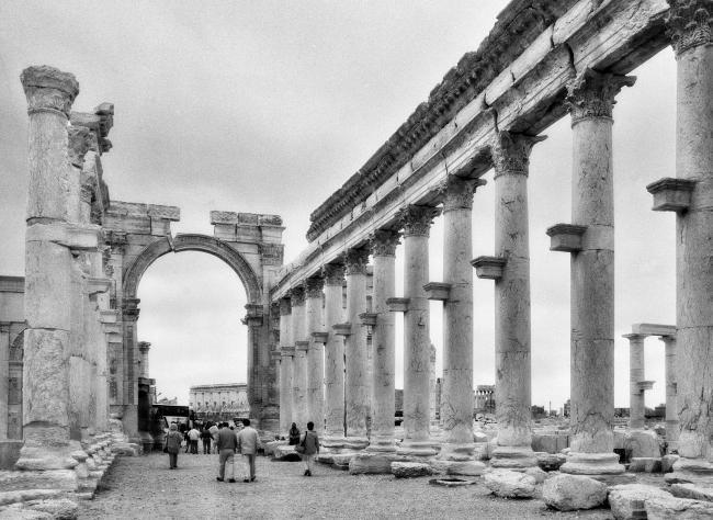 Улица «Большая колоннада» в Пальмире с аркой Септимия Севера. Фото 1996 © Elio Ciol