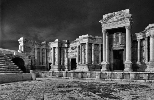 Театр в Пальмире: орхестра и скена. Фото 1996 © Elio Ciol