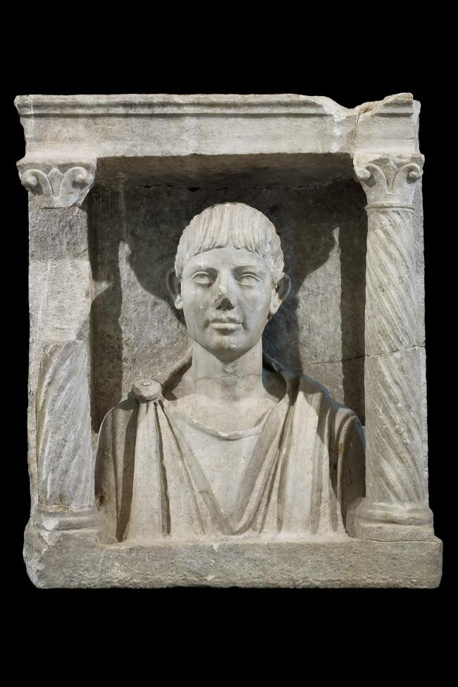 Надгробие с эдикулой с портретом покойного. Начало II в. н.э. Национальный археологический музей Аквилеи. Фото © Gianluca Baronchelli