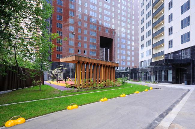 Дом премиум-класса «Дыхание».  Двор, на переднем плане – ограничители парковки, фотография предоставлена ФСК «Лидер»