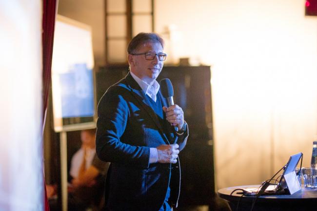 Дин Скира читает лекцию в Москве. Фото © Василий Буланов