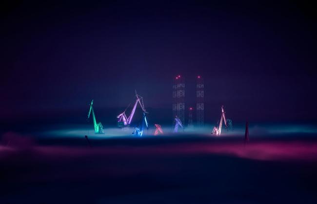 Краны на верфи в Пуле. Проект «Светящиеся гиганты» © Bojan Širola