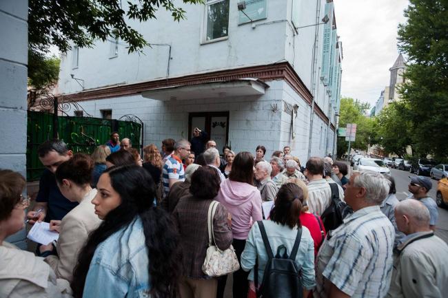 Местные жители у ДК им. Серафимовича во время попытки его сноса в июне 2017-го. Фото © Natalia Melikova | The Constructivist Project