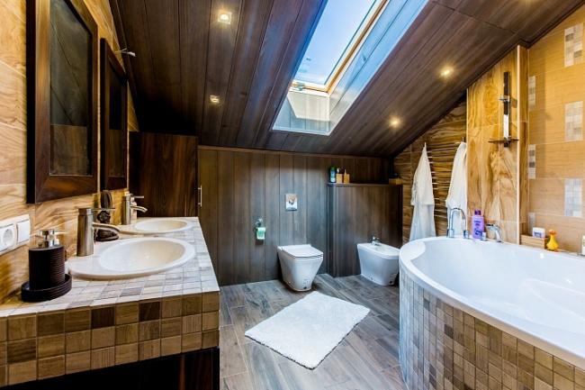 Одна из важных тенденций современных загородных домов – естественный свет повсюду, включая ванные комнаты. Комбинированный дом 225 кв.м., где первый этаж выполнен из крупноформатного кирпича POROTHERM,  второй – из клееного бруса. Фотография © Good Wood