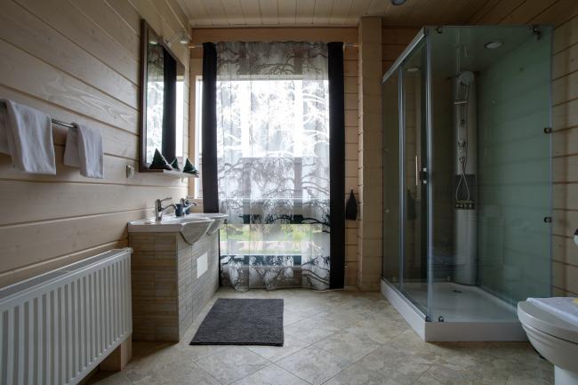 Одна из важных тенденций современных загородных домов – естественный свет повсюду, включая ванные комнаты. Дом из клееного бруса, построенный GOOD WOOD  в рамках парк-отеля LEVADA Конного Клуба FORSIDE. Фотография © Good Wood