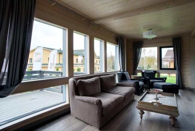 Светлые гостиные – тренд уже почти классический. Дом из клееного бруса, построенный GOOD WOOD  в рамках парк-отеля LEVADA Конного Клуба FORSIDE. Фотография © Good Wood