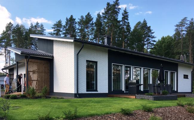 Пологий скат делает дом современным, но сохраняет возможности очистки от снега. Жилищная ярмарка  Asuntomessut  в Миккели, Финляндия. Фотография © Good Wood