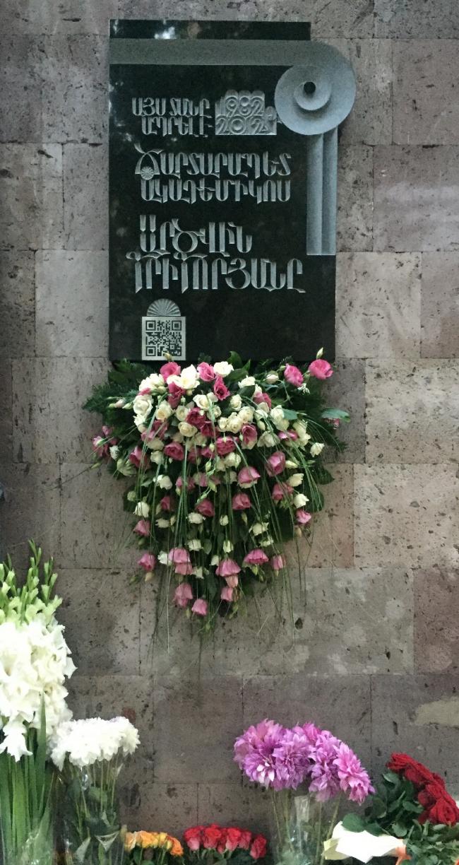 На гранитной доске на армянском выточена надпись: «В этом доме в 1982-2012 годах жил архитектор академик Арцвин Григорян». Внизу впервые в подобной практике размещен QR-code с информацией о деятельности Арцвина Григоряна