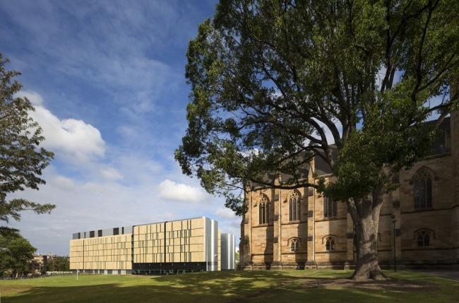 Облицованный песчаником фасад здания Центра Чарльза Перкинса и колледж Св. Джона. Фотография © Патрик Рейнольдс