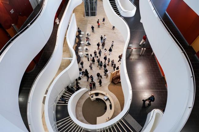 Атриум Центра Чарльза Перкинса. Фотография © Дема Расли (Demas Rusli)