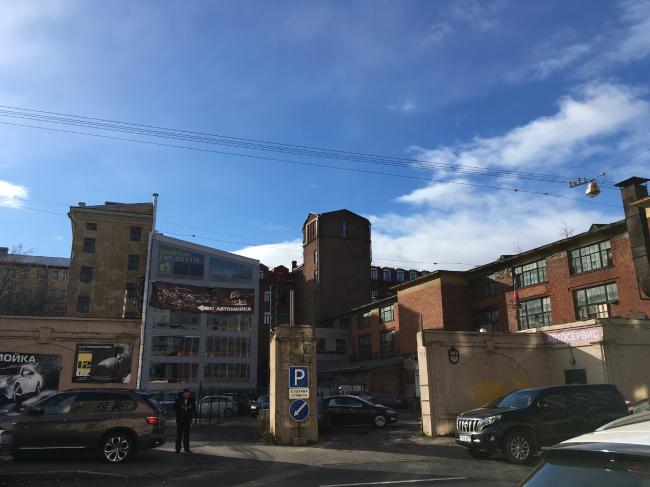 Участок по Пионерской улице, на котором будет строиться новый жилой дом по проекту ООО «АМ Столярчука» © фотография Алены Кузнецовой
